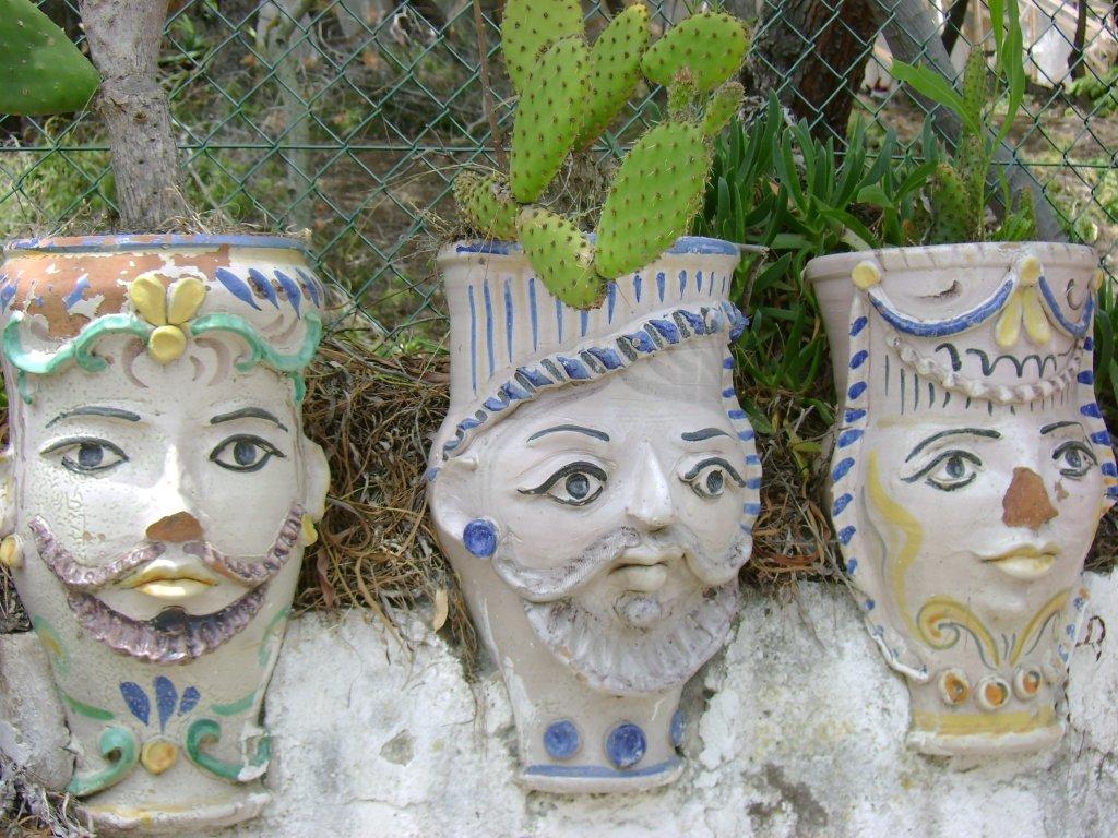 Verwegene Gestalten auf einer Gartenmauer auf Vulcanello