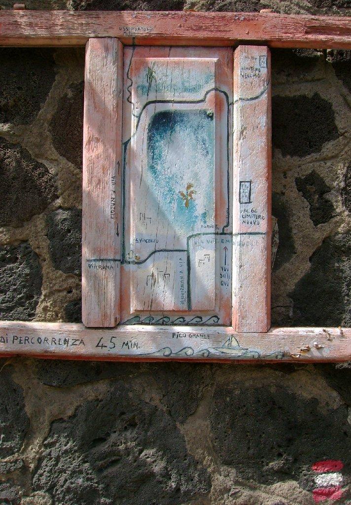 Handgemalte Wanderkarte an einer Mauer auf Stromboli