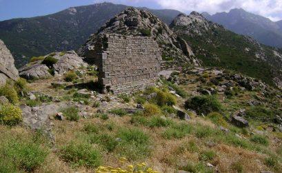 Die Reste der Kirche S. Bartolomeo. Im Hintergrund das Capanne-Massiv
