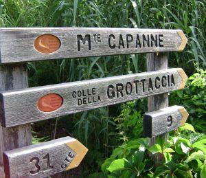 Wegweiser am Eingang zum Valle di Pomonte