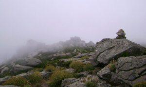 Steinmann im Nebel am Colle della Grottaccia